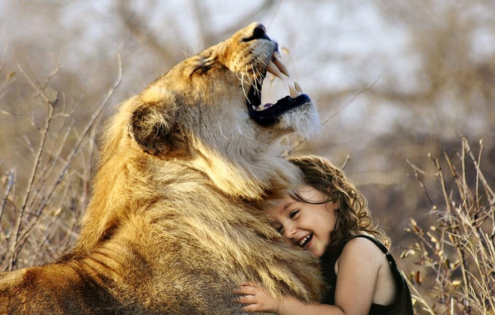Kleines Mädchen mit einem Löwen in Afrika