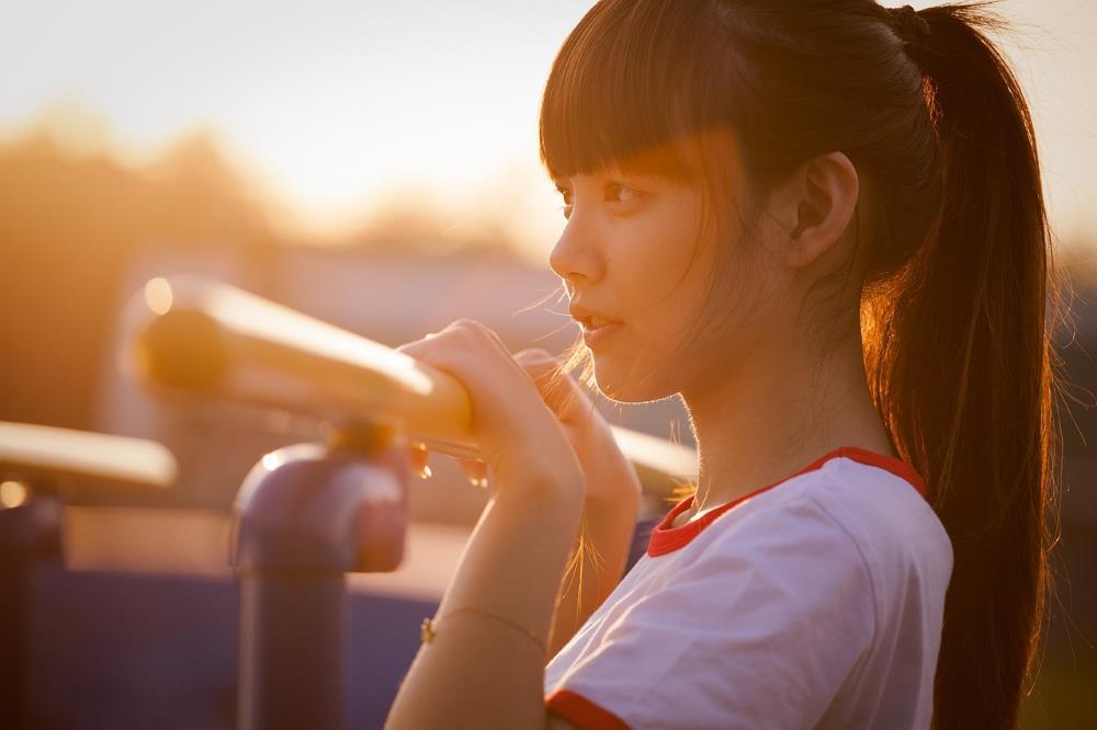 Asiatisches Mädchen am Fluss